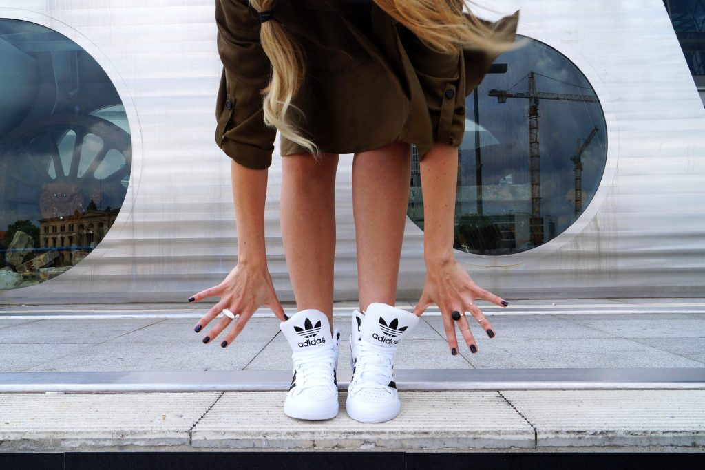 outfit-hm-conciouscollection-adidas-sneakers-extraball-white